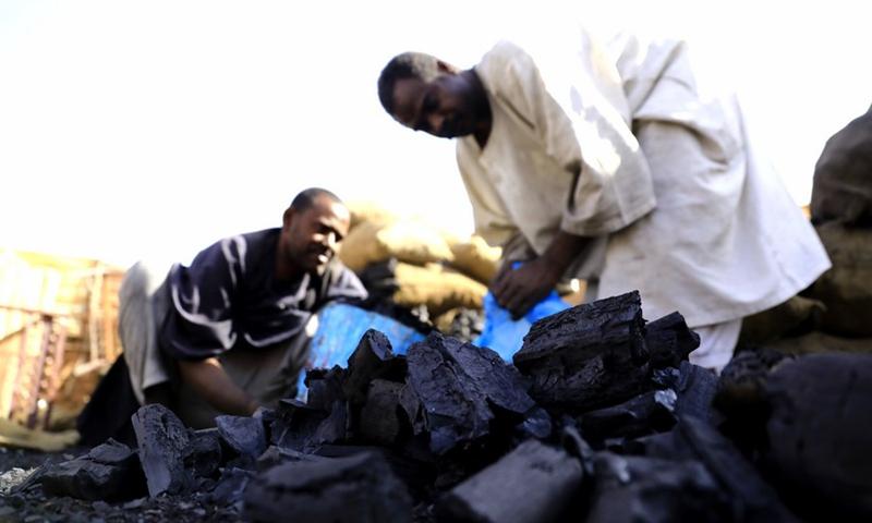 People buy charcoal amid a cooking gas shortage in Khartoum, capital of Sudan, Feb. 5, 2021.(Photo: Xinhua)