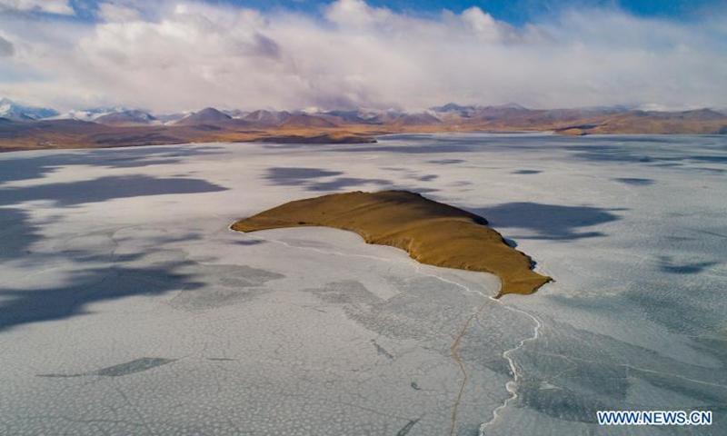 Aerial photo taken on March 6, 2021 shows an island on the frozen Puma Yumco Lake, southwest China's Tibet Autonomous Region.Photo:Xinhua