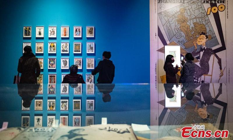 2021年3月9日,在北京嘉德艺术中心的一次艺术展览中,一位游客看着一个漫画骑士的雕塑图片:中国新闻社