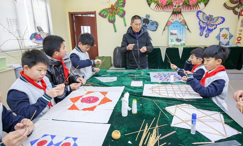 Students learn to make kites at a primary school in Rugao, East China's Jiangsu Province on Monday. Photo: cnsphoto