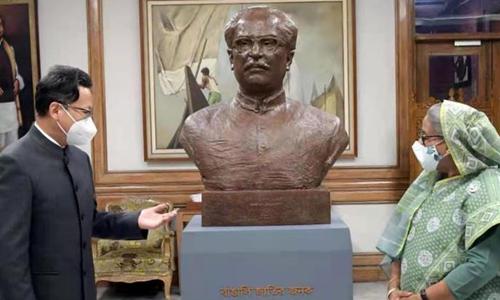 China's Ambassador to Bangladesh Li Jiming and Bangladeshi Prime Minister Sheikh Hasina with a bronze bust of Bangladesh's founding father Sheikh Mujibur Rahman. Photo: Courtesy for Yang Zi