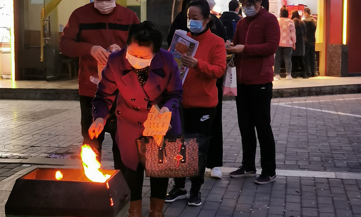 Residents line up to burn joss paper at a designated site in Xi'an, Northwest China's Shaanxi Province Photo: VCG