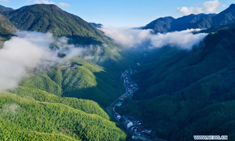 Aerial photo taken on Dec. 2, 2020 shows the mountains surrounded by cloud and mist in Wuyishan National Park, southeast China's Fujian Province. Wuyi Mountain has a comprehensive forest ecosystem representative of the mid-subtropical zone. It boasts diverse groups of plants due to its varying altitudes. Wuyishan National Park was established in 2016.(Photo: Xinhua)