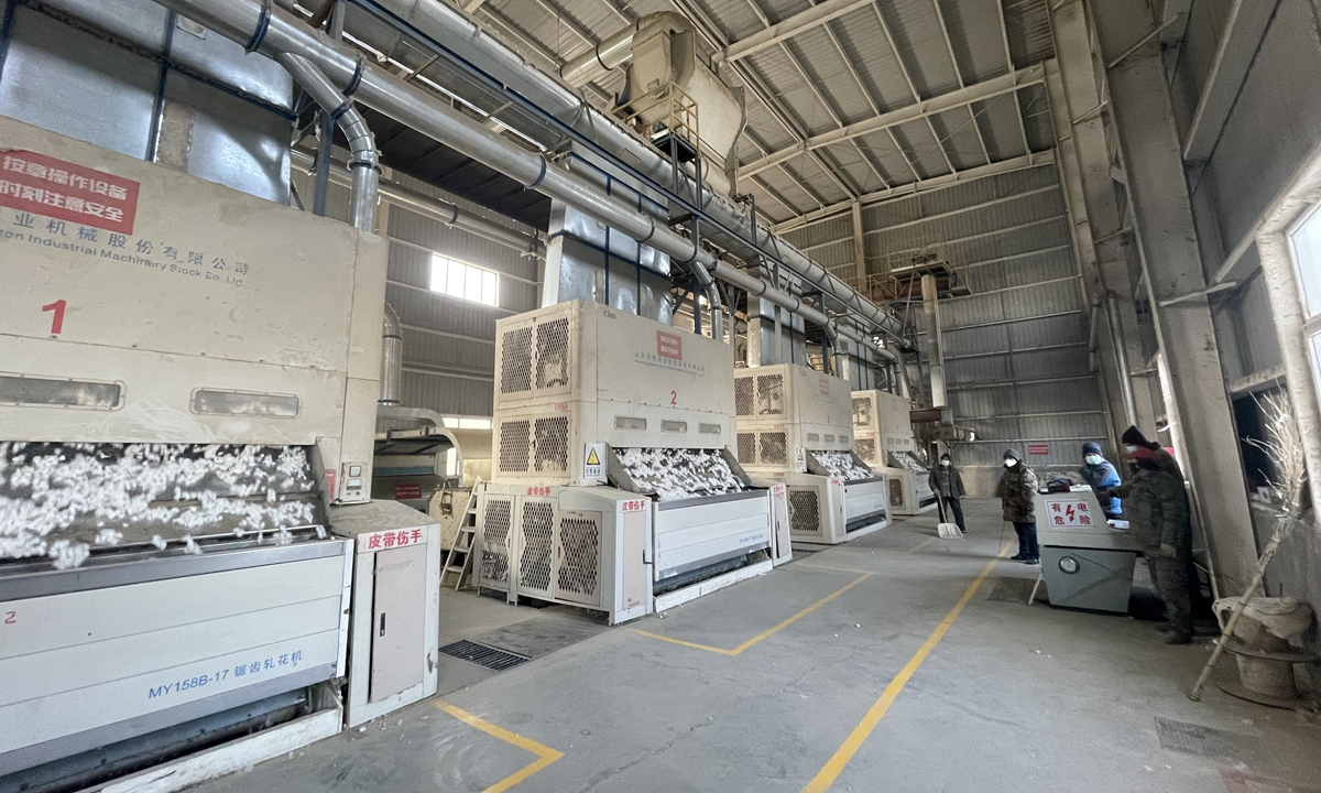 Cotton textile industry in Xinjiang has realized large-scale mechanized operations, with only a small number of workers in the factory.