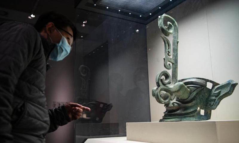 2021年3月26日,一个男人在中国国家博物馆在三星堆遗址发掘了一个青铜面具的介绍。这是从三星堆遗址中新发掘的数百多具3000多年文物的震撼。西南软件中国的四川继续在中国各地发展。 中国国家博物馆保存的三星堆遗址的一些惊人发现吸引了众多游客。 图片:中国新闻社