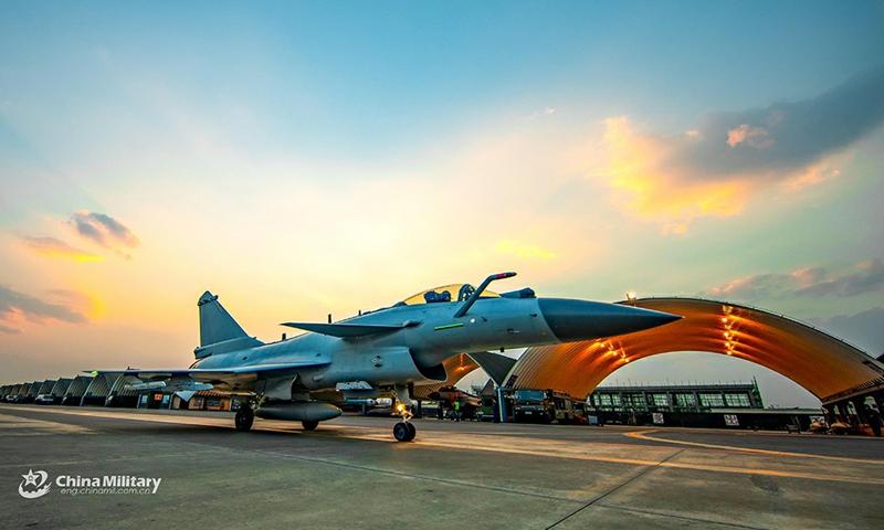 Un avión de combate adjunto a una brigada de aviación de la fuerza aérea bajo el Comando de Teatro del Sur del EPL hace taxis en la línea de vuelo antes del despegue durante un ejercicio de entrenamiento de vuelo las 24 horas del día el 4 de marzo de 2021.