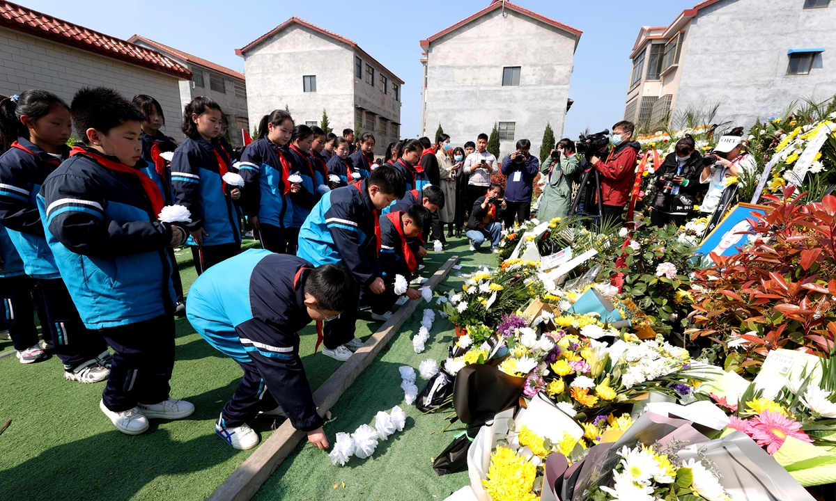 Students commemorate martyr Xiao Siyuan at the Yanjin Martyrs Cemetery in Xinxiang, Central China's Henan Province on Sunday, China's traditional Tomb-sweeping Day. Photo: VCG