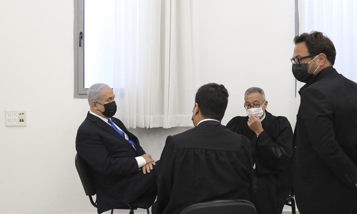 Israeli Prime Minister Benjamin Netanyahu, left, attends a hearing evidence stage for his trial over alleged corruption crimes, at the Jerusalem district court, in Salah El-Din, East Jerusalem, Monday, April 5, 2021. Photo: VCG