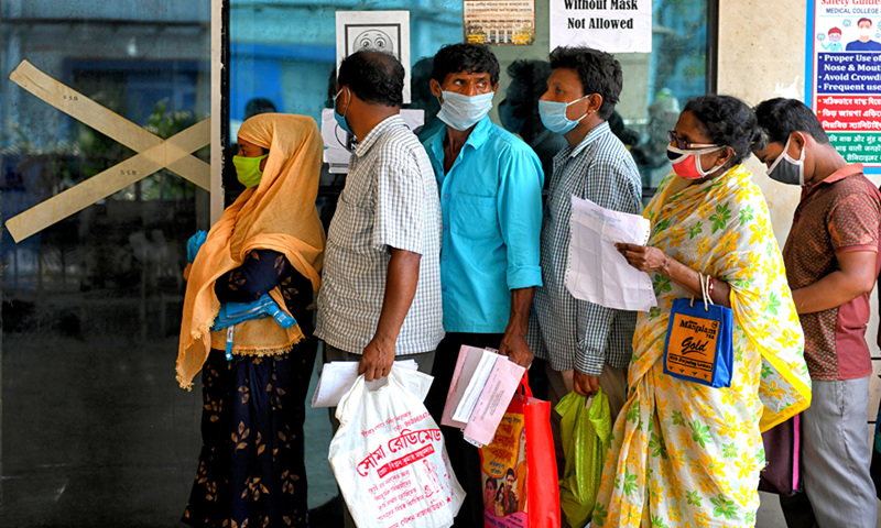 Indian people with COVID-19 symptoms queue for an Antigen Test at a government hospital. Photo: VCG