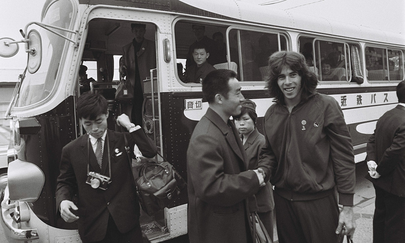 American player Glenn Cowan (right) shakes hands with Chinese player Zhuang Zedong(center) after getting off a bus for Chinese players during the 31st World Table Tennis Championships on April 4, 1971 in Nagoya, Japan. Glenn Cowan, who missed a bus for his own team, accidentally boarded a bus for Chinese players, which led to a domino of events that saw the normalization the China-US relationship. File photo: VCG