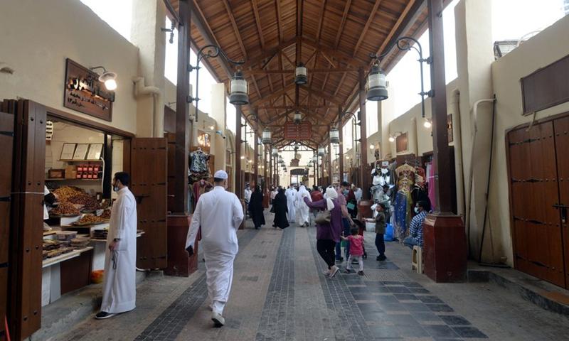People shop at Al-Mubarakiya market in Kuwait City, Kuwait, April 10, 2021.(Photo: Xinhua)