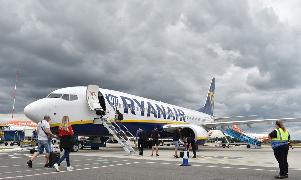 Passengers board Ryanair flight FR2190 to Malaga at London Southend Airport on July 1, 2020 in Southend-on-Sea, England. Photo: VCG