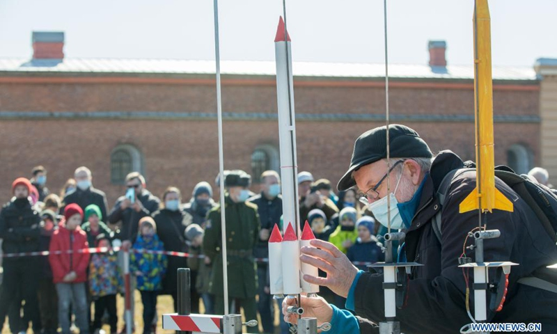 A rocket enthusiast launches his self-made rocket models in commemoration of the 60th anniversary of the first human space flight in St. Petersburg, Russia, April 11, 2021.(Photo: Xinhua)