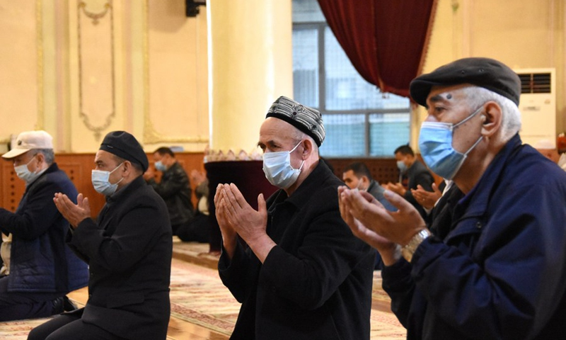 Worshippers pray in the Ak Mosque in Urumqi, northwest China's Xinjiang Uygur Autonomous Region on April 13, 2021. (Photo: Xinhua)