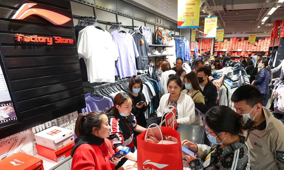 Consumers are buying sports products in a Li-Ning store on April 2 in North China's Shanxi Province. Photo: cnsphoto