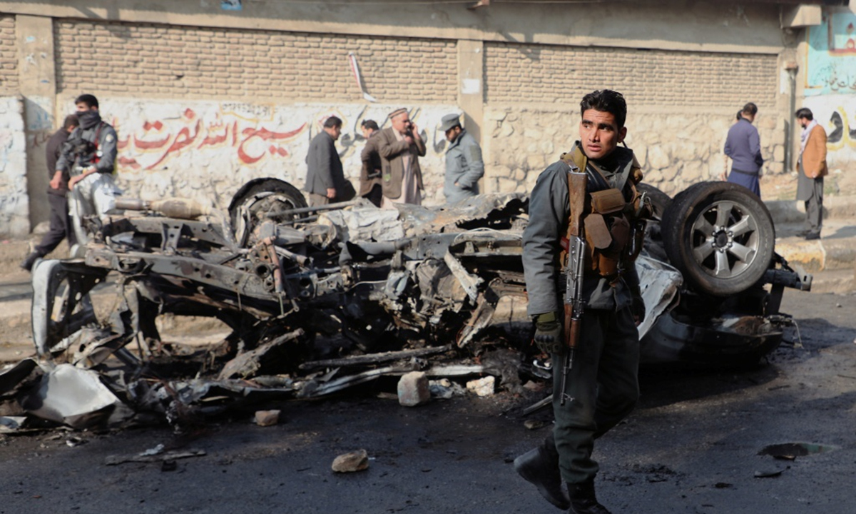 An Afghan police officer keeps watch at the site of a bomb blast in Kabul, Afghanistan on January 10, 2021. Photo: IC