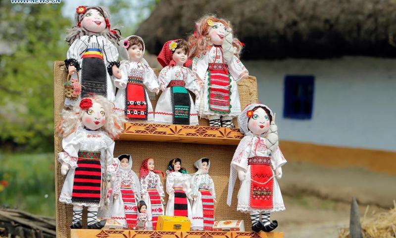 Produsele artizanale sunt expuse în timpul tradiționalului târg de artizanat de primăvară organizat la Muzeul Satului Roman din București, România, 24 aprilie 2021. Meșteșugari din toată țara au ajuns la Muzeul Satului pentru a-și demonstra talentele meșteșugărești și pentru a-și vinde mărfurile (Foto Credit: Xinhua)