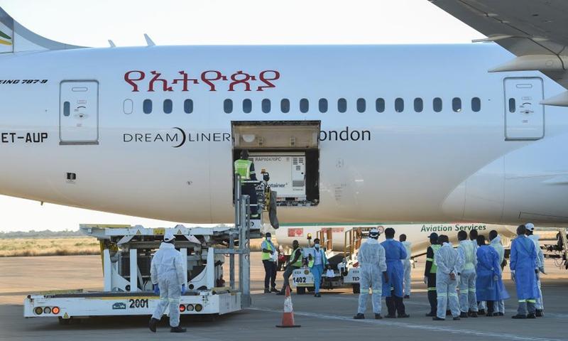 Staff members unload China-donated Sinovac COVID-19 vaccines at Sir Seretse Khama International Airport in Gaborone, Botswana, April 25, 2021.(Photo: Xinhua)