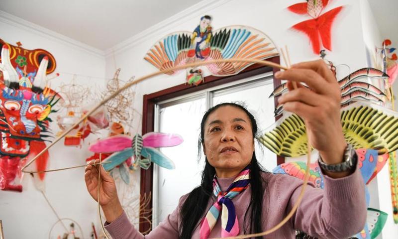 Yang Hongwei makes the skeleton of a kite in Yangjiabu Village, Weifang City of east China's Shandong Province, April 16, 2021.(Photo: Xinhua)