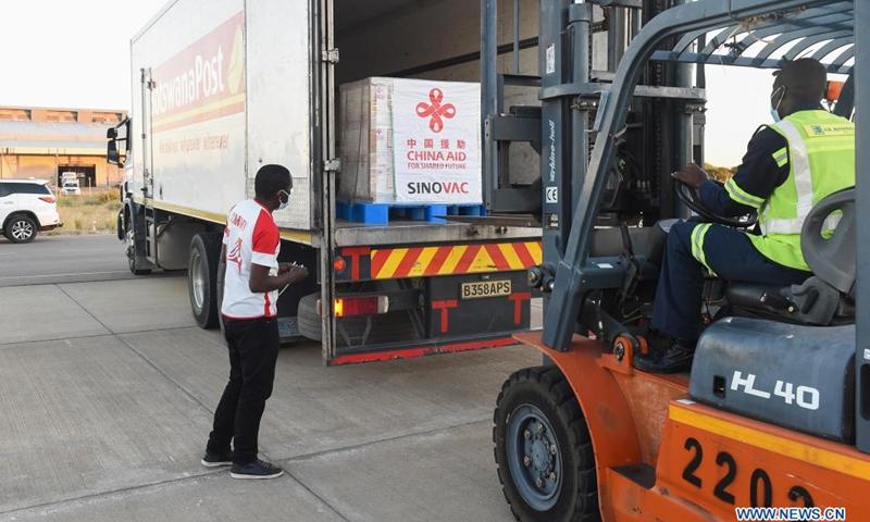 Staff members transport China-donated Sinovac COVID-19 vaccines at Sir Seretse Khama International Airport in Gaborone, Botswana, April 25, 2021.(Photo: Xinhua)