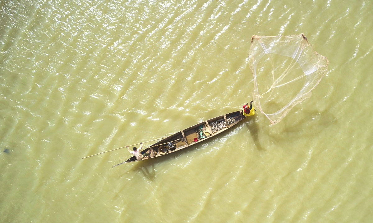 A fisherman on his pirogue on the Niger River in Mopti, Mali, on March 17, 2021 Photos: AFP