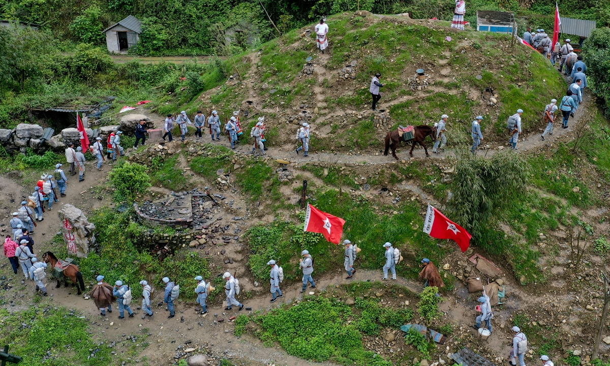 Actors recreate the scenes of the Red Army's Long March in Loushanguan in Zunyi, Southwest China's Guizhou Province on April 20. Loushanguan is actively promoting its red tourism for tourists to trace revolutionary relics and better experience the red culture. Photo: Xinhua