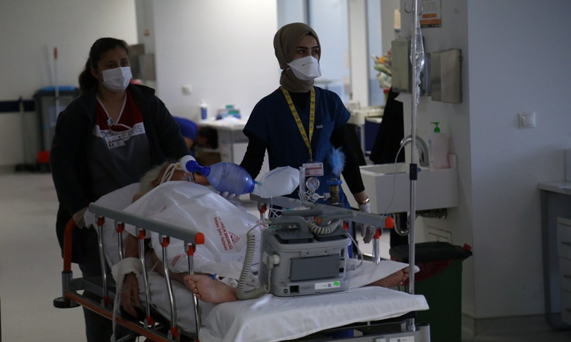 Medical workers transfer a COVID-19 patient at a hospital in Ankara, Turkey, on April 24, 2021.Photo:Xinhua