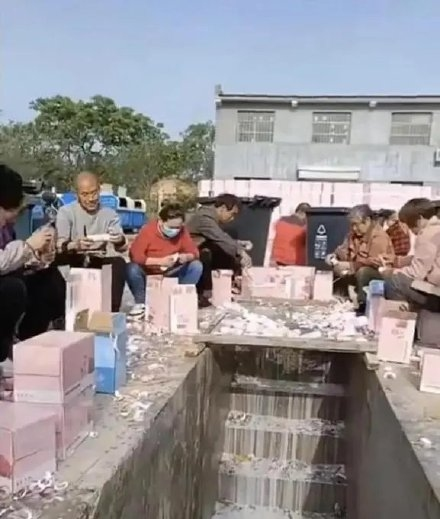 Piles of bottled milk are poured into sewers. Photo: screenshot from Weibo
