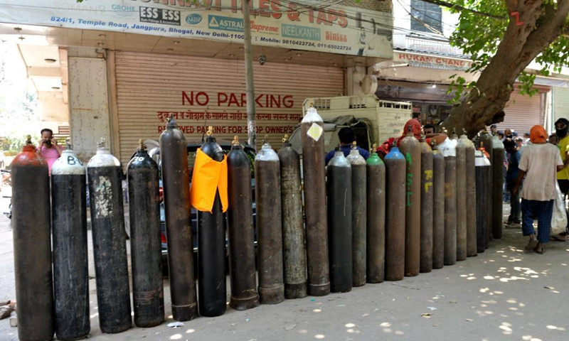 <em>People wait to refill oxygen cylinders for COVID-19 patients at Jangpura area in New Delhi, India, on May 5, 2021.(Photo: Xinhua)</em>