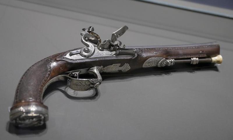 Un pistolet à silex est exposé à l'exposition Napoléon: de Waterloo à Sainte-Hélène, la naissance de la légende au mémorial de Waterloo 1815 à Braine-l'Alleud, en Belgique, le 5 mai 2021. Le mémorial de Waterloo 1815 a accueilli le exposition à l'occasion du bicentenaire de la mort de Napoléon Ier, avec plus d'une centaine de pièces authentiques exposées (Photo: Xinhua)