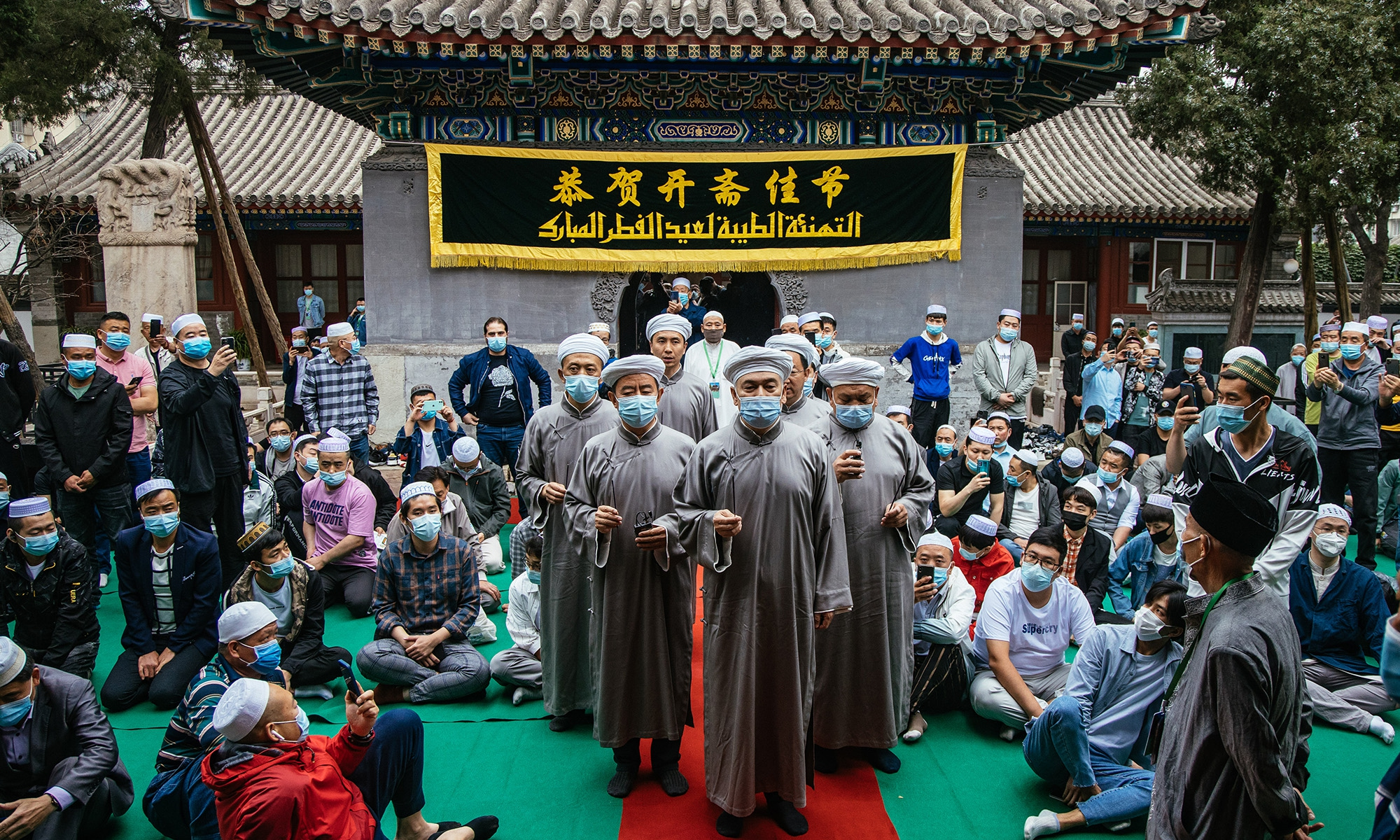 Foreign and local Muslims gathered on Thursday morning in Niujie Mosque, the largest mosque in Beijing to celebrate Eid al-Fitr, the first public celebration since the epidemic outbreak. Photo: Li Hao/GT