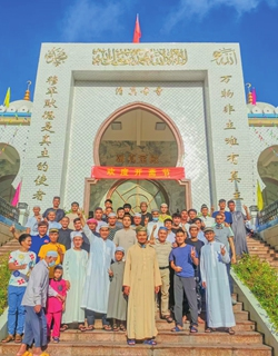 Hui people pose in front of a mosque in Sanya, Hainan Province while celebrating Eid al-Fitr on Thursday.  Photo: Courtesy of Ha Chaojie
