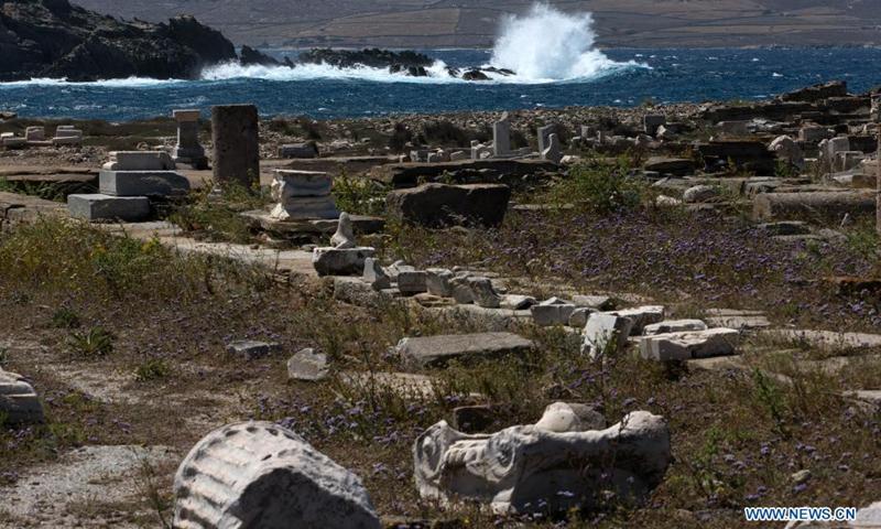 Ένα τμήμα του αρχαιολογικού χώρου του νησιού της Δήλου βρίσκεται στις 10 Μαΐου 2021 στο Τήλο.  Η Telos είναι ένας μνημείο παγκόσμιας κληρονομιάς της UNESCO 5.000 ετών, κάποτε ένα ακμάζον εμπορικό κέντρο στη μέση του Αιγαίου Πελάγους κοντά στη Μύκονο.  Είναι ένας από τους σημαντικότερους μυθολογικούς, ιστορικούς και αρχαιολογικούς χώρους στην Ελλάδα.  (Φωτογραφία: Xinhua)