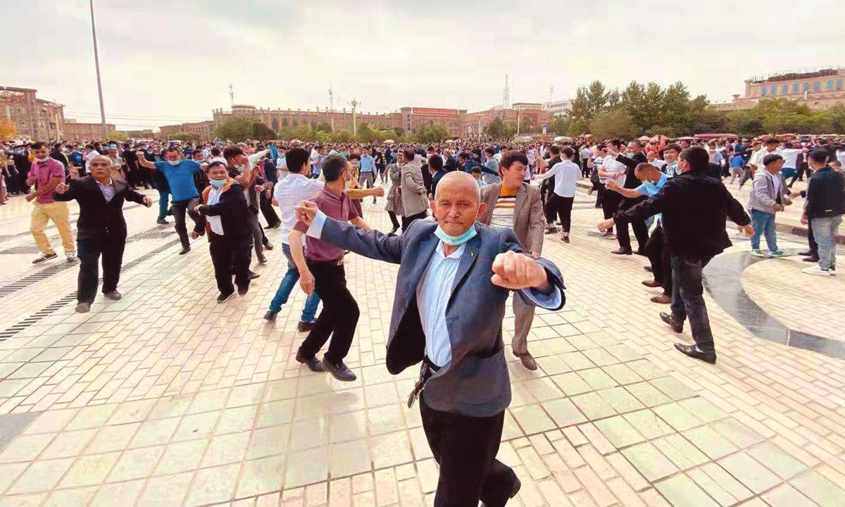 People dance to celebrate Eid al-Adha in Kashi, Xinjiang on Thursday. Photo: Courtesy of Memet