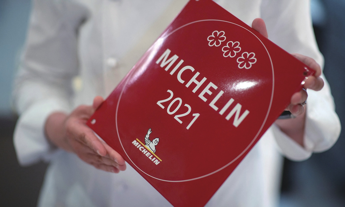 La última ganadora británica de tres estrellas Michelin, Claire Smith, posa para una foto en su restaurante en el oeste de Londres el jueves.  Fotos: AFP