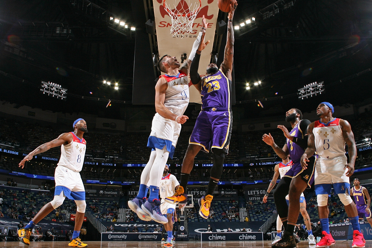 LeBron James of the Los Angeles Lakers drives to the basket against the New Orleans Pelicans on Sunday in New Orleans. Photo: VCG