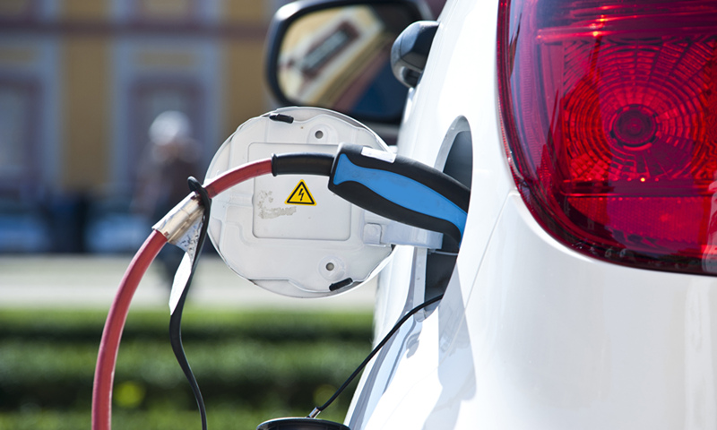 A NEV is charging. Photo: VCG