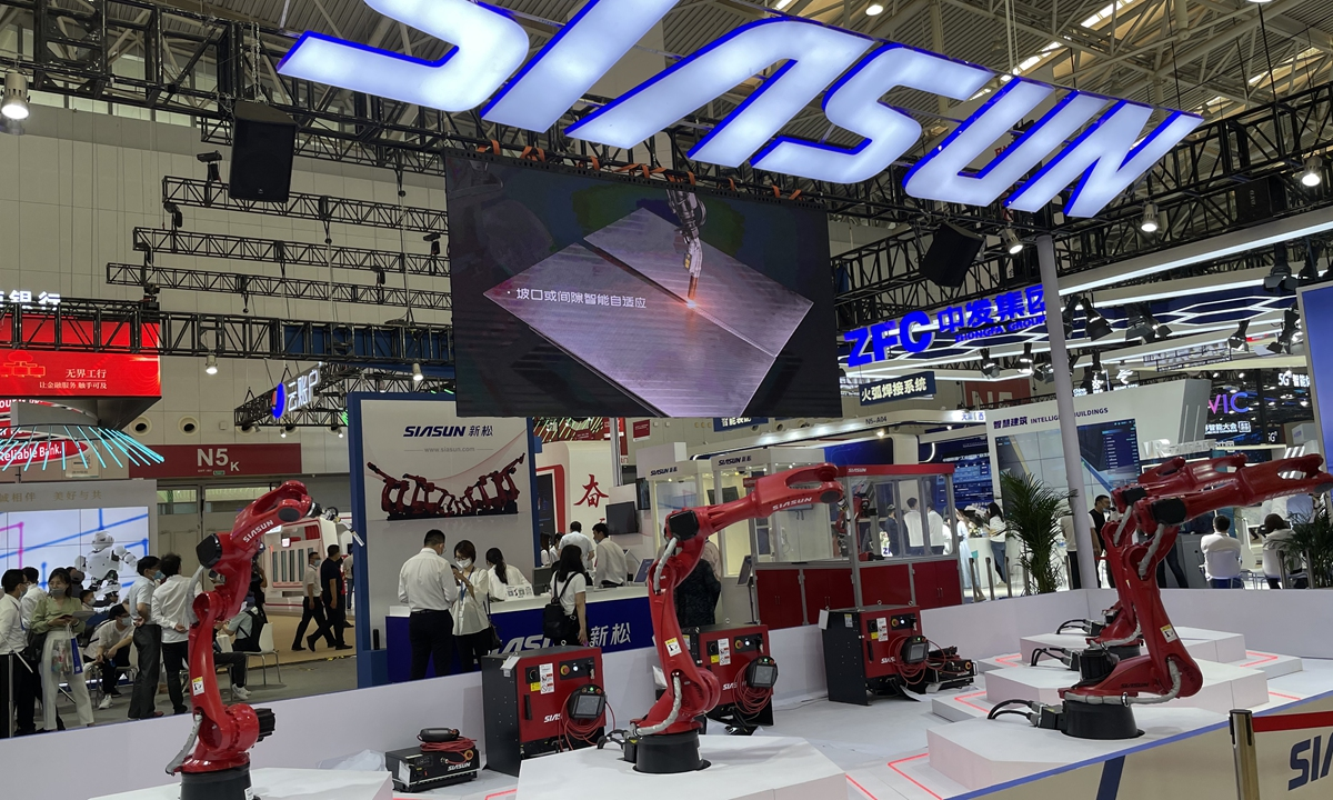 Robots of SIASUN at the fifth World Intelligence Congress (WIC) in Tianjin on Friday Photo: Shen Weiduo/GT