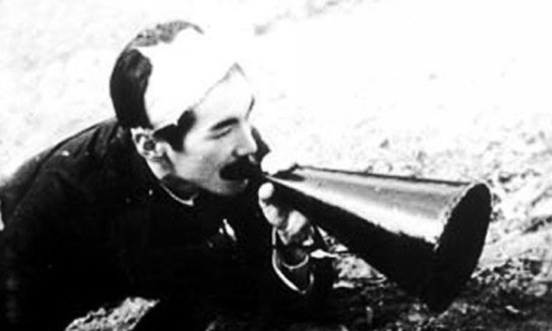 A wounded Japanese member of Anti-war Alliance in China shouts at the enemy