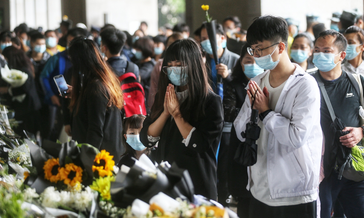 Students mourn for Yuan at the memorial Hallof Mingyangshan Funeral Home on Sunday.Photo: Cui Meng/GT