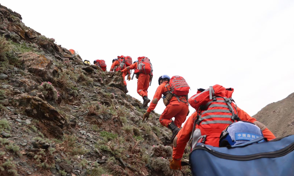 Rescue team search for victims of the deadly marathon in Baiyin, Gansu. Photo: Xinhua