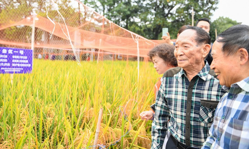 Yuan Longping (2nd R) inspects a demonstration field with other experts at Hunan Hybrid Rice Research Center in Changsha, capital of Hunan Province, Oct. 22, 2019.(Photo: Xinhua)