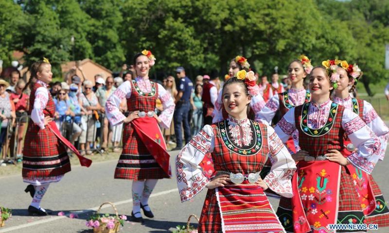 Хората извършват церемонии по бране на рози на 6 юни 2021 г. в Касанлок, България.  Кулминацията на Празника на розата през 2021 г. се видя в Казанлък този уикенд.  Касанлок е известен със своя ежегоден фестивал на розата от 1903 година.  Фестивалът отбелязва дълбоката връзка на местните с вековната българска маслодайна роза - Роза дамаскена.  (Снимка: Синхуа)