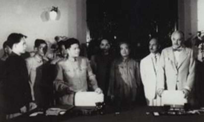 Jack Perry and 15 representatives from British companies visit Beijing, 1953