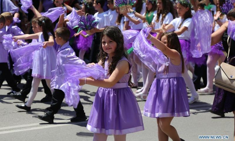 Деца участват в парада на фестивала на розата на 6 юни 2021 г. в Казанлък, България.  Кулминацията на Празника на розата през 2021 г. се видя в Казанлък този уикенд.  Касанлок е известен със своя ежегоден фестивал на розата от 1903 година.  Фестивалът отбелязва дълбоката връзка на местното население с вековната българска маслодайна роза - Роза дамаскена.  (Снимка: Синхуа)