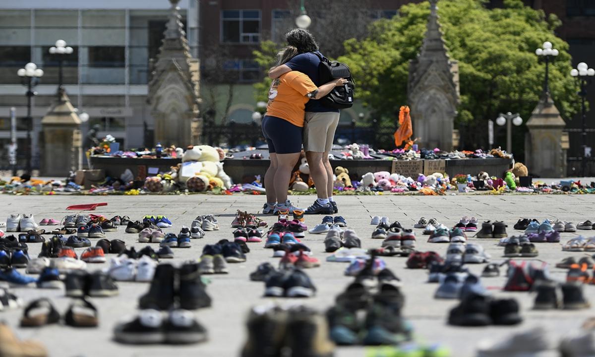 People pay tribute to the murdered aboriginal children in Ottawa, Canada, on June 4.Photo: Xinhua