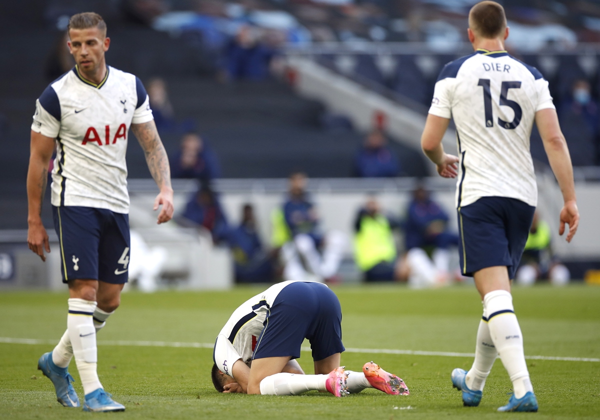 Tottenham Hotspur's Sergio Reguilon (center) reacts after scoring an own goal in the game against Aston Villa on May 19 in London. Photo: VCG