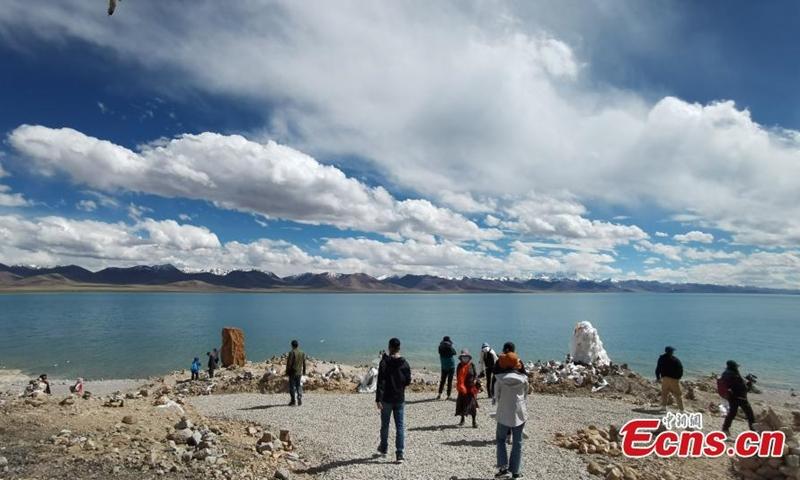 2021年6月2日,人们参观西藏纳木错湖。(图片:中新社/陈晓元)