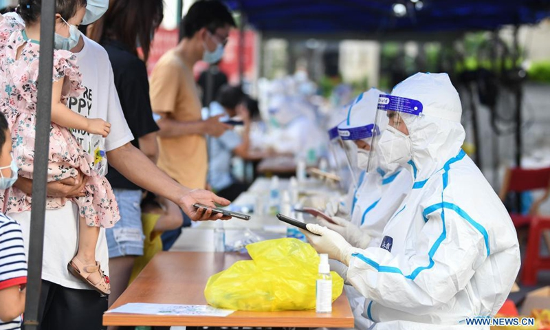 People have their information registered before COVID-19 nucleic acid testing in Liwan District of Guangzhou, south China's Guangdong Province, June 8, 2021. A new round of mass testing in high-risk areas of Baihedong Street and Zhongnan Street in Guangzhou started on Tuesday.(Photo: Xinhua)