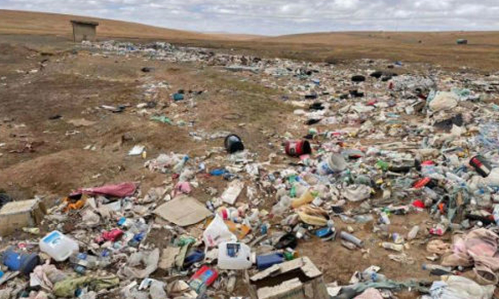 A large garbage patch about 200 meters long and 20 meters wide is reportedly found in Hoh Xil in Qinghai Province. Photo: The Economic Observer